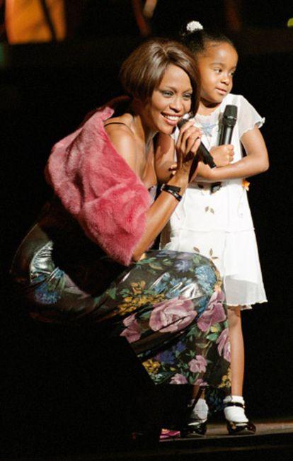 Bobbi Kristina com sua mãe durante um concerto da cantora em Nova York em 1999.