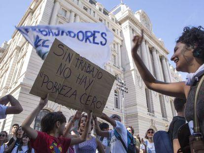 Trabalhadores despedidos do Centro Cultural Kirchner protestam na quinta-feira na porta do estabelecimento.