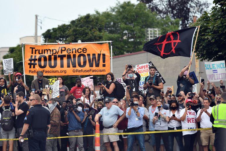Manifestantes em Kenosha durante a visita de Trump.