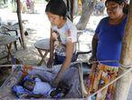 Una mujer atiende a su hijo en la comunidad wichí de San Luis, ubicada en un recodo del río Pilcomayo en el extremo noreste de Salta, en diciembre de 2016.