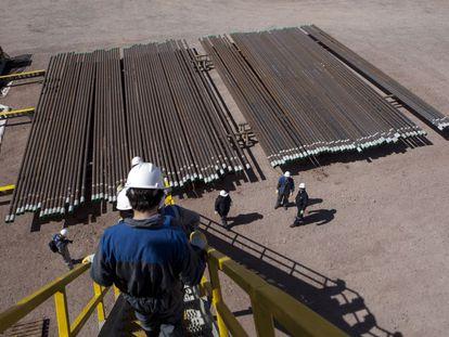 Cerca de 10.000 trabalhadores petroleiros esperam uma trégua para evitar mais demissões.