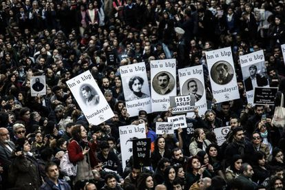 Milhares de pessoas recordam o genocídio armênio nesta sexta-feira em Istambul, Turquia.