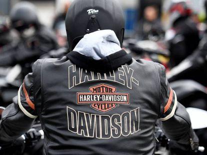 Motociclista fã da marca Harley-Davidson em Hamburgo, Alemanha.