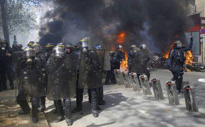 Na foto, um grupo de policiais avança sobre os manifestantes, no sábado em Paris.