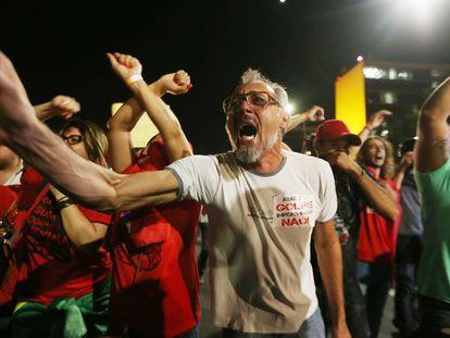 Grupo a favor de Dilma no dia da votação do impeachment na Câmara.