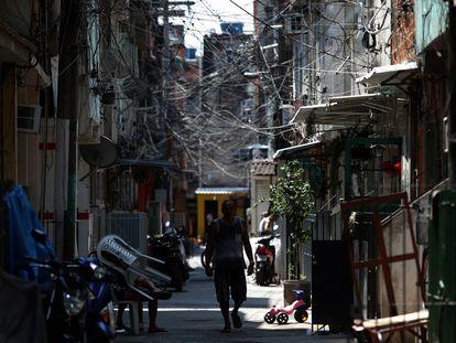 Homem caminha pela Favela da Maré, no Rio de Janeiro, em 13 de outubro de 2020.