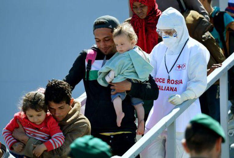 Imigrantes são resgatados ao desembarcar na Itália.