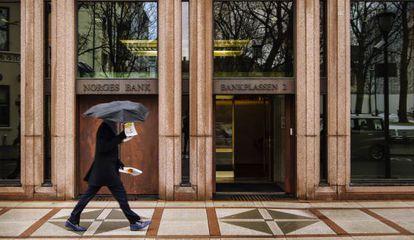 Um homem passa adiante da sede do Banco Central da Noruega