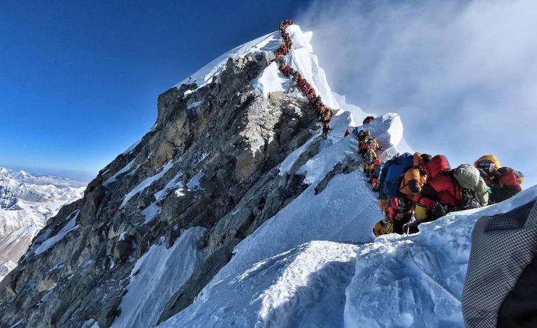 Alpinistas esperam sua vez para chegar ao cume do Everest, na quarta-feira passada.