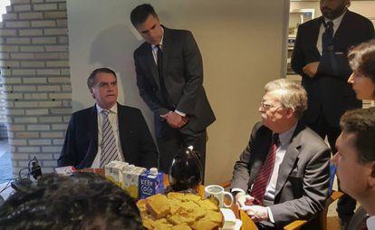 O secretário de Segurança norte-americano John Bolton toma café com o presidente eleito Jair Bolsonaro.
