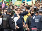 BRA102. BRASÍLIA (BRASIL), 24/05/2020.- El presidente de Brasil, Jair Bolsonaro, se reúne con simpatizantes este domingo, en Brasilia (Brasil). Cientos de seguidores del presidente de Brasil, Jair Bolsonaro, se aglomeraron este domingo cerca del palacio de Gobierno para alabar a su ídolo, que sin protección se mezcló entre la multitud, ignorando de nuevo las recomendaciones por el COVID-19, una pandemia que no es prioridad para el mandatario. EFE/ Joédson Alves