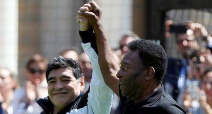 Diego Maradona e Pelé durante um evento nesta quinta-feira em Paris.