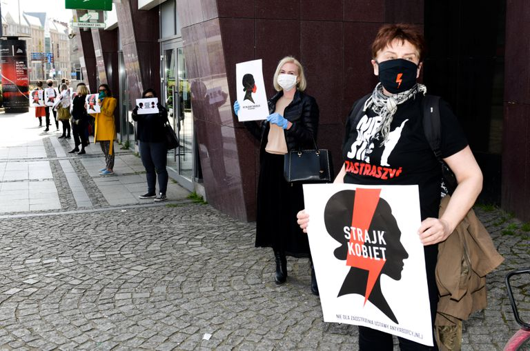"""Manifestantes seguram bandeiras de """"Greve das Mulheres"""" em protesto contra o Parlamento polonês que decidiu debater novos limites para o aborto e a educação sexual, em Wroclaw, Polônia, 16 de abril."""