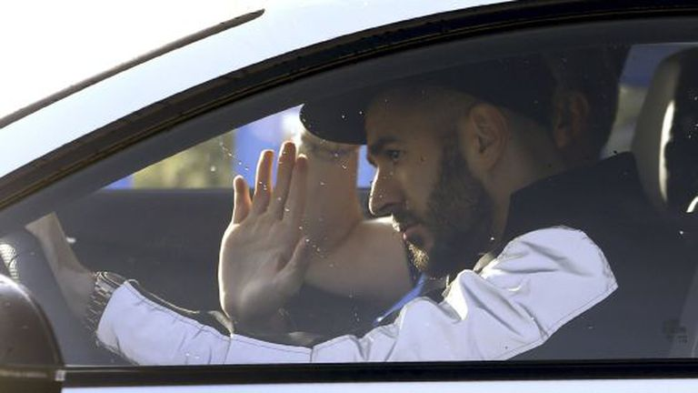Benzema acena ao chegar a Valdebebas.