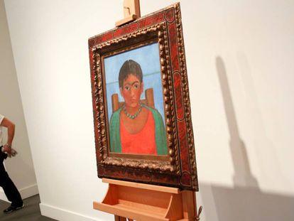 A tela 'Menina Com Colar', de Frida Kahlo, exposta na Sotheby's, em Nova York.