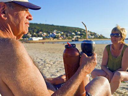 Um casal descansa na praia do Uruguai, que é o país da região que mais cuida dos idosos e possui níveis mais elevados de proteção social aos idosos.