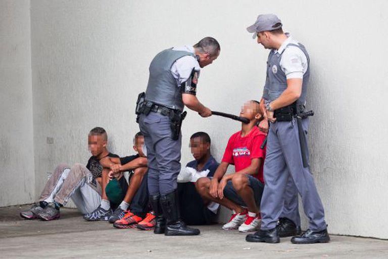 Jovens abordados por policiais no shopping Itaquera.