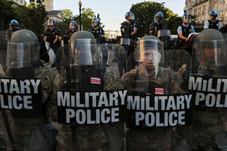 Policiais cercam a Casa Branca na segunda-feira durante os protestos.