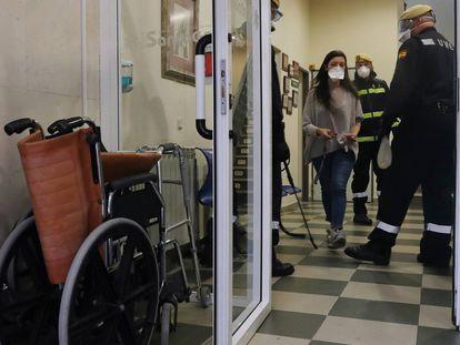 Militares desinfectan una residencia en Torrejón de Ardoz (Madrid).