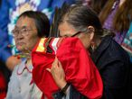 Idosa indígena canadense segura uma cópia do relatório final sobre o genocídio sofrido por seu povo, no dia 3 de junho, no Quebec.