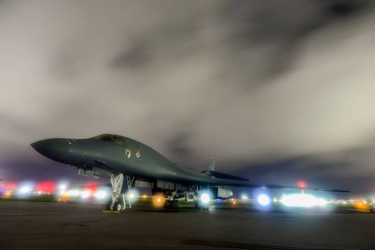 Bombardeiro norte-americano decola da base Anderson, em Guam.
