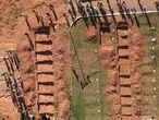 Fotografía tomada con un dron del entierro de Edgar Carvalho dos Santos, uno de los mineros muertos en la represa del Vale, y otras fosas de las víctimas del accidente, en el cementerio 'Parque das Rosas', en Brumadinho (Brasil). Edgar es una de las 65 víctimas encontradas de la tragedia provocada el viernes por la ruptura de una represa de residuos.