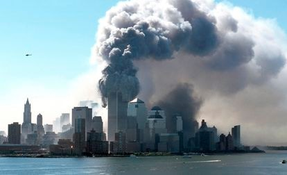 Vista de Manhattan no momento em que as Torres Gêmeas do World Trade Center desabam em 11 de setembro de 2001.