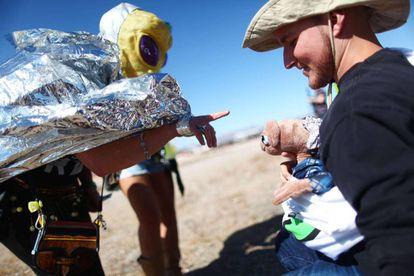 Fantasiada de E.T., Margaret Lemay (à esquerda) brinca com o boneco do filme E.T. no acampamento em Rachel, Nevada