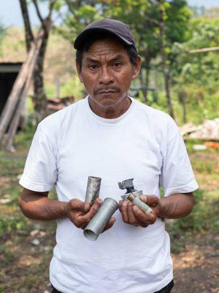 Joel Raymundo mostra alguns cartuchos de gás lacrimogêneo usados pela polícia.