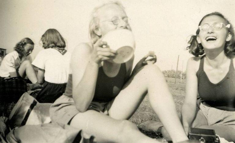 Margot Frank, à direita, em um clube de remo em 1941.