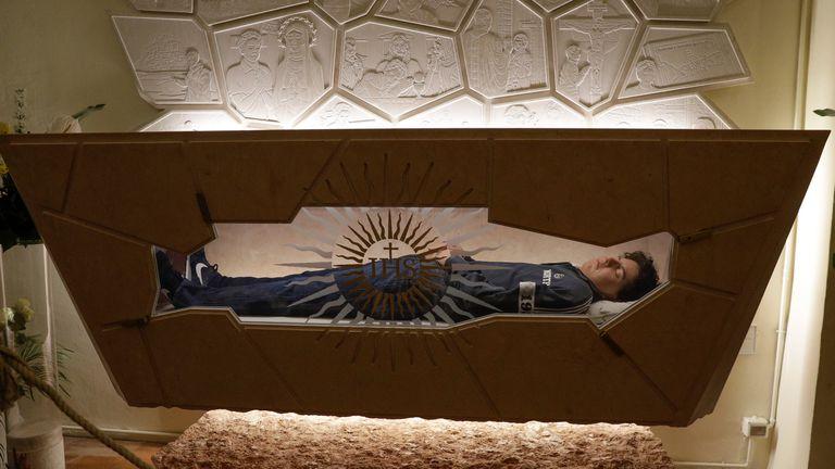 Corpo de Carlo Acutis depois de ser tratado com técnicas de conservação e reconstrução. Em vídeo, imagens de sua beatificação. FOTO: AP