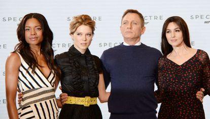 Naomie Harris, Lea Seydoux, Daniel Craig y Monica Bellucci, durante a apresentação do filme.