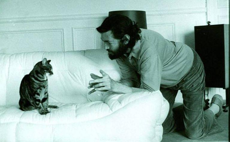 Julio Cortázar com sua gata 'Flanelle'.