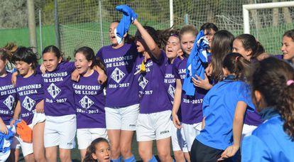 O time infantil do AEM de Lleida, formado por meninas, celebra o título da Liga.