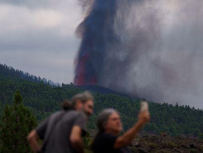 Moradores locais observam a erupção vulcânica nesta segunda-feira, em La Palma.