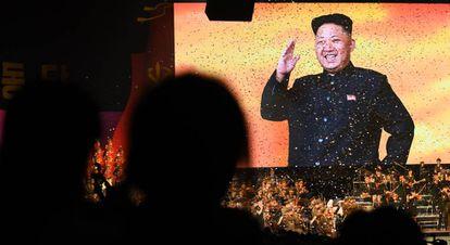 A imagem projetada de líder Kim Jong-un durante um espetáculo musical na Coreia do Norte.