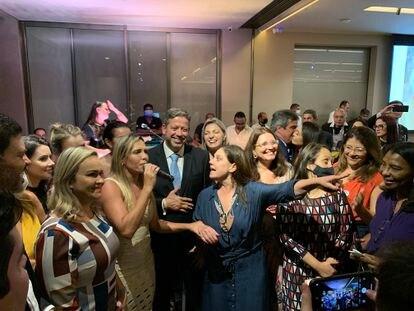 Arthur Lira, ao centro, festeja sua eleição para presidente da Câmara com festa numa casa no Lago Sul, área nobre de Brasília, para cerca de 300 pessoas.