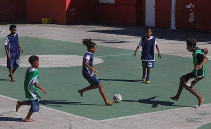 Crianças do projeto de Marcos Lelello jogam no Morro do Salgueiro.