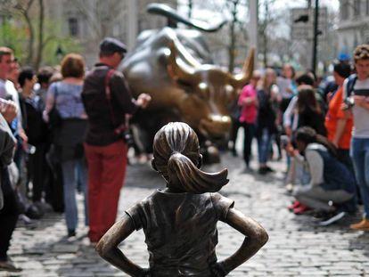 'A Menina Sem Medo', de Kristen Visbal, instalada no Dia da Mulher de 2017 em frente ao 'Touro que Ataca' ('Charging Bull'), em Wall Street, Nova York.