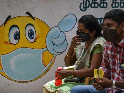 Pessoas esperam na fila para vacinar na Índia.