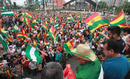 Manifestantes comemoram a queda de Morales em Santa Cruz, na Bolívia.