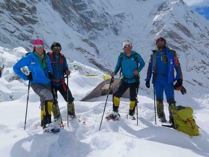 Tamara Lunger, Ali Sapdara, Simone Mouro e Alex Txikon no campo base do Nanga Parbat.