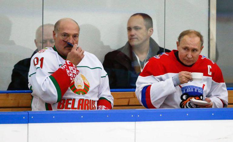 Putin (direita) e Lukashenko, em 7 de fevereiro em Sochi.
