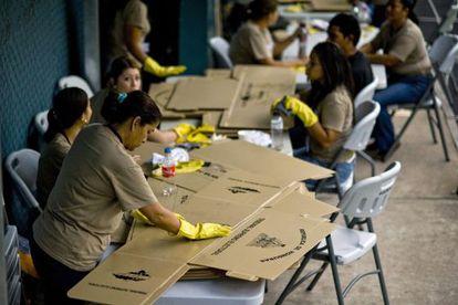 Um grupo de mulheres prepara o material eleitoral em Tegucigalpa.