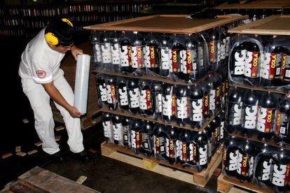 Um empregado de Ajegroup assegura um palé de garrafas de Big Fila