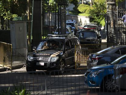 Agentes da PF deixam o Palácio das Laranjeiras, sede do Governo do Rio de Janeiro, nesta terça-feira, 26 de maio.