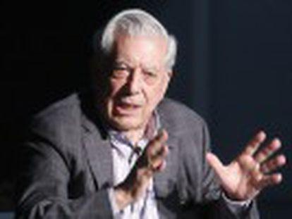 Vargas Llosa, em diálogo com o diretor de EL PAÍS, revela o título de seu próximo livro e adverte sobre os riscos da cultura digital