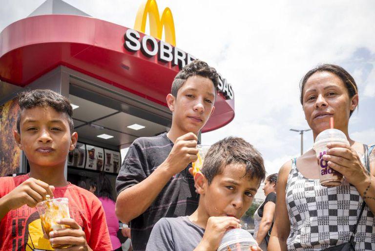 Susi, uma cuidadora de 33 anos, leva os filhos, Vitor, de 14, Wesley e Diogo, ambos de 10, a sua primeira visita ao McDonald's de Cidade Tiradentes.