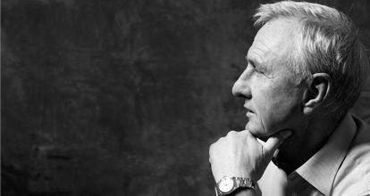 Cruyff usa um Rolex de ouro que o acompanha há 30 anos, e veste calça e camisa de Ermenegildo Zegna.