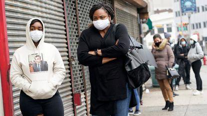 Americanos fazem fila para realizar testes de detecção de covid-19 em uma clínica na região de Nova Jersey